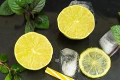 Zimno zieleni wapna owoc z kostkami lodu obrazy stock