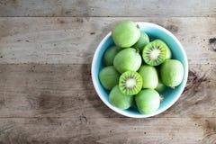 Zimnotrwałe kiwi owoc lub kiwi jagody w ceramicznym pucharze na stole zdjęcia royalty free