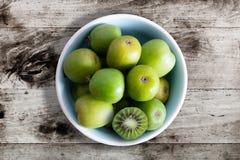 Zimnotrwałe kiwi owoc lub kiwi jagody w ceramicznym pucharze na stole fotografia stock