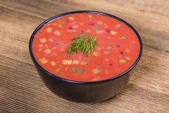 Zimny borscht - specjalność dla gorących letnich dni Jarzynowa zimna polewka z burakiem, ogórkiem, grulą, radsih i jajkiem, z bli Fotografia Royalty Free