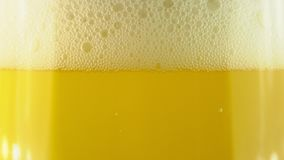 Zimny lekki piwo w szkle z wodnymi kroplami Rzemios?a piwa zako?czenie up Obracanie 360 stopni 4K UHD wideo 3840x2160 Tam? jest zdjęcie wideo