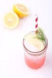 Zimny miękki napój od truskawkowego syropu i cytryny z czerwoną słomą Obraz Royalty Free