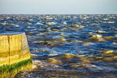 Zimny morze macha tło, abstrakci tapeta obrazy stock