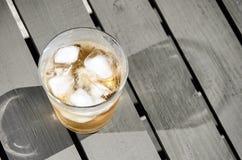 Zimny napój z kostkami lodu na drewnianym stole zdjęcie royalty free
