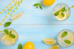 Zimny odświeżający lato napój z cytryną i mennicą na bławym drewnianym tle Obraz Stock