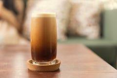 Zimny parzenie lub Nitro Kawowy napój w szkle zdjęcia stock