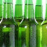 Zimny piwo pije w butelkach z wodnymi kroplami Fotografia Royalty Free