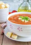 Zimny pomidorowy zupny gazpacho w pucharze z croutons Obraz Stock