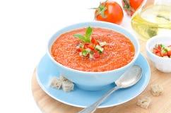 Zimny pomidorowy zupny gazpacho z basilem i croutons w pucharze, iso Obraz Royalty Free