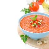 Zimny pomidorowy zupny gazpacho z basilem i croutons w pucharze, iso Zdjęcia Royalty Free