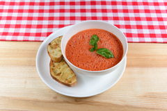 Zimny pomidorowy zupny gazpacho z basilem i pokrojonym chlebem w białym pucharze Zdjęcie Royalty Free