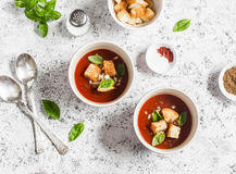Zimny pomidorowy zupny gazpacho z croutons i basilem na lekkim tle Fotografia Stock