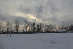 Zimny zima wieczór w parku Słońce ustawia Mróz dostaje silnym obrazy stock