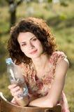 zimnych napojów ogrodowa wiosna wody kobieta Obraz Royalty Free