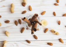 Zimt, Anis, Erdnüsse, Mandeln, Kardamompflanze, Haselnüße auf der hölzernen Oberfläche der Weinlese Zimt, Erdnüsse und Mandeln Lizenzfreies Stockbild