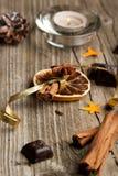 Zimt, Anis, Orange und Schokolade lizenzfreie stockbilder