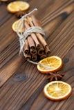 Zimt, getrocknete Orangen und Anis Stockfotografie