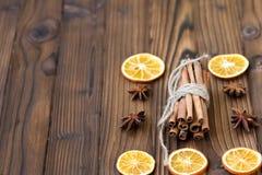 Zimt, getrocknete Orangen und Anis Stockbilder