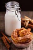 Zimtbrötchen mit Milch Lizenzfreie Stockbilder