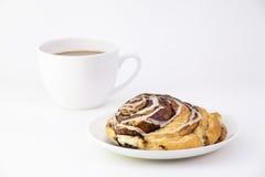 Zimtbrötchen und Kaffeetasse Stockfoto