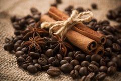 Zimtgebäck auf den gebratenen Kaffeebohnen. Makro Stockbilder