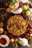 Zimtgebäck mit Äpfeln, Karamell und Pekannuss Lizenzfreie Stockfotografie