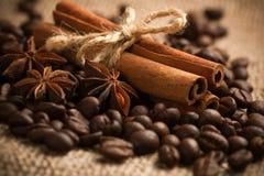 Zimtgebäck mit gebratenen Kaffeebohnen. Makro Stockbilder