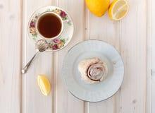 Zimtgebäck und Tee Stockfotos