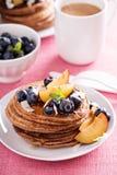 Zimtkokosnuss-Mehlpfannkuchen mit frischen Früchten Lizenzfreie Stockfotos