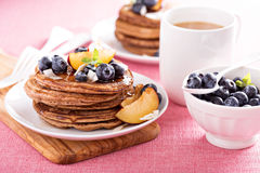 Zimtkokosnuss-Mehlpfannkuchen mit frischen Früchten Stockbild