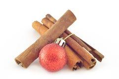 Zimtrinde (Zimt) mit Weihnachtskugel Lizenzfreie Stockfotos
