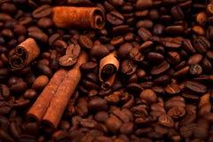 Zimtstangen auf Kaffeebohnen Stockfotos