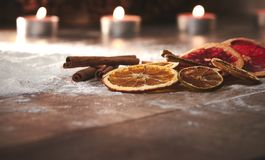 Zimtstangen, getrocknete Scheiben der Orange, grepfruit und Kalk auf a lizenzfreies stockbild