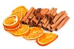 Zimtstangen und getrocknete orange Schnitte stockbilder