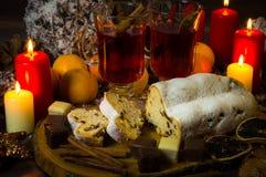 Zimtsterne und Sternanis auf hölzernem Hintergrund mit Zuckerpulver lizenzfreies stockfoto