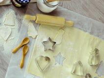 Zimtsterne und Sternanis auf hölzernem Hintergrund mit Zuckerpulver Stockbild