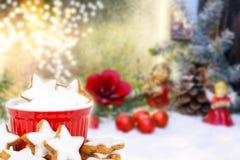 Zimtsterne und Weihnachtsdekoration stockbild