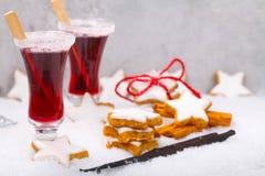 Zimtsterne und Weihnachtsdurchschlag stockfoto