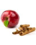 Zimtsteuerknüppel mit Apfel Stockbild