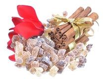 Zimtsteuerknüppel mit braunem Zucker des reinen Stocks auf Whit Lizenzfreies Stockbild