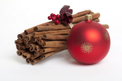 Zimtsteuerknüppel mit roter Weihnachtsbaumkugel Stockbilder