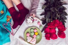 Zimy śniadanie w łóżku z czerwonymi różami i sercem cukrowy candie Fotografia Royalty Free