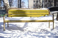 Zimy śnieżny żółty krzesło obrazy stock