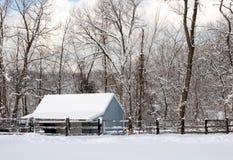 Zimy błękitna stajnia w śniegu obrazy stock