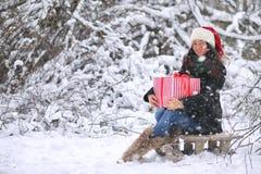 Zimy bajka, młoda dziewczyna w lasu A dziewczynie z prezentami w wigilię nowego roku w parku Obraz Royalty Free