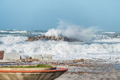 Zimy burza przeciw plaży Fala i wiatr Obrazy Royalty Free