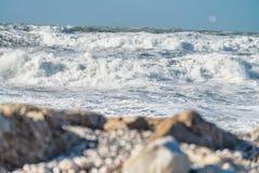 Zimy burza przeciw plaży Fala i wiatr Fotografia Royalty Free
