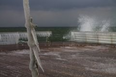 Zimy burza zakrywa kable na quay z soplami Obraz Stock