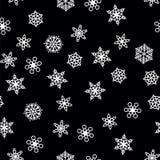 Zimy deseniowy opad śniegu i biali płatek śniegu na czarnym tle Nowy Rok i boże narodzenie wzór z opad śniegu, miecielica ilustracja wektor