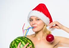 Zimy detox pojęcie Kobieta cieszy się detox napój Dlaczego detox po bożych narodzeń Arbuza detox żywienioniowy napój dziewczyna fotografia royalty free